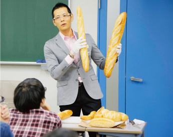 パンの解説をする先生の写真