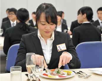 テーブルマナー講座を受ける生徒の写真